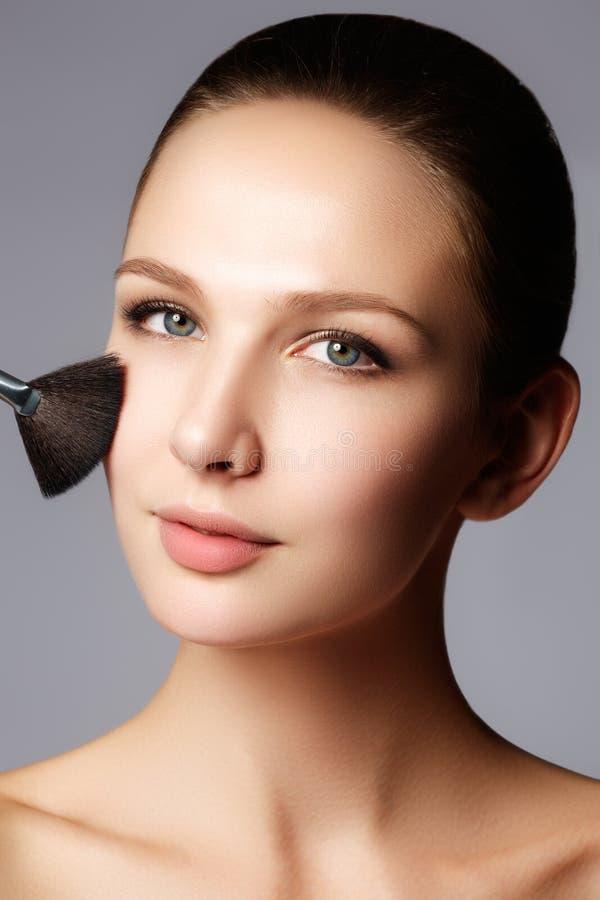 Skönhetmodell med makeupborsten Ljust smink för brunettwoma arkivfoton
