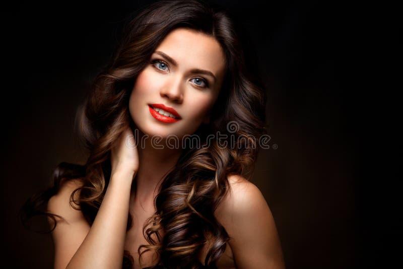 Skönhetmodell Woman med långt brunt krabbt hår Sunt hår och härlig yrkesmässig makeup Röda kanter och rökiga ögon royaltyfria foton