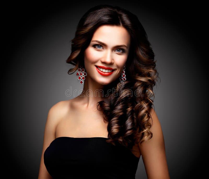 Skönhetmodell Woman med långt brunt krabbt hår Sunt hår och härlig yrkesmässig makeup Röda kanter och rökiga ögon arkivfoto