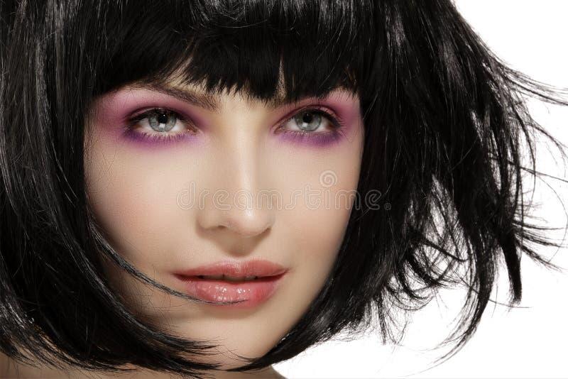 Skönhetmodellen hairstyled och den rosa closeupen för makeup för ögonskuggor royaltyfri bild