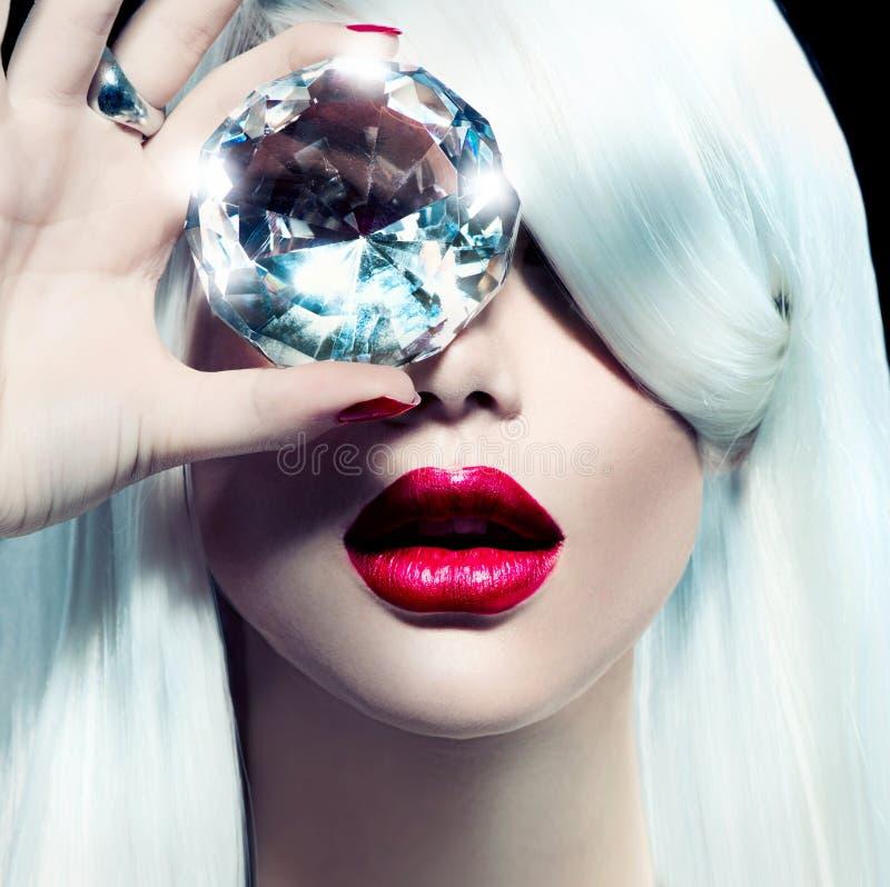 Skönhetmodellflicka med en stor diamant royaltyfri bild
