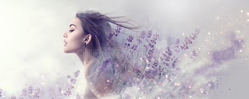 Skönhetmodellflicka med lavendelblommor Härlig ung brunettkvinna med för hårprofil för flyg den långa ståenden arkivfoto