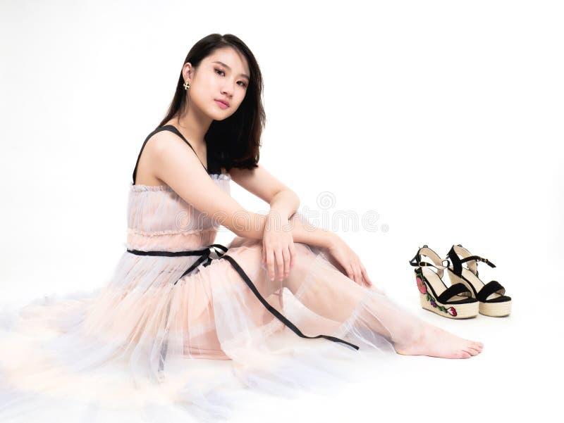 Skönhetmodellflicka som poserar i trendig kläder arkivfoton