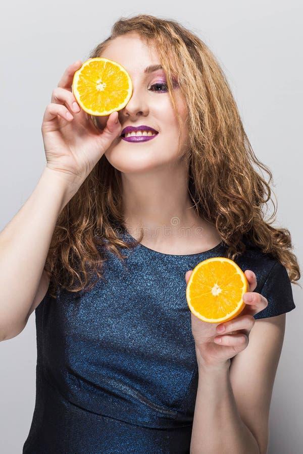 Skönhetmodellflickan tar saftiga apelsiner E gör upp professionelln arkivbilder