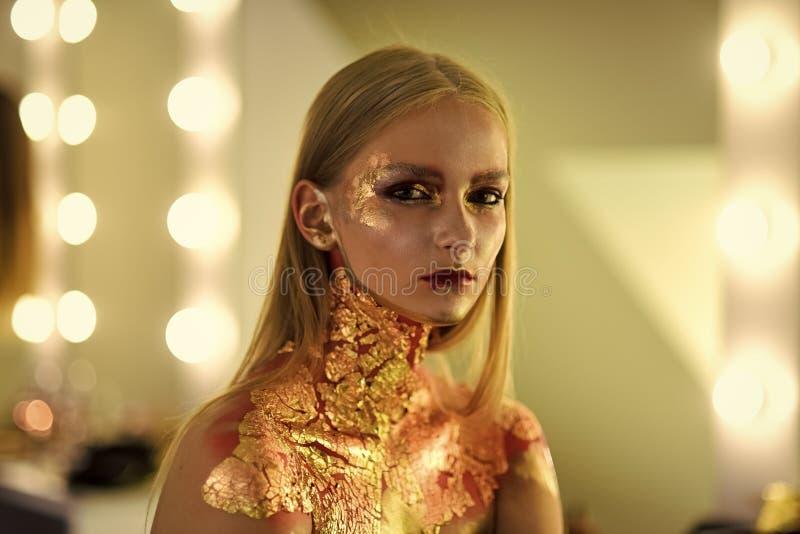 Skönhetmodemodell Girl fashion looken Modekvinna med konstsminket, idérik bodyart arkivbild