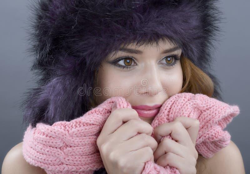 Skönhetmodemodell Girl i en pälshatt. Härlig stilfull kvinna arkivfoto