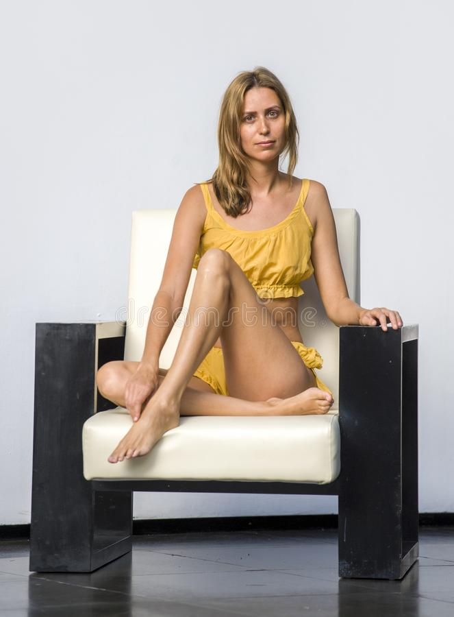 Skönhetmodephotoshoot på den ursnygga stilfulla och härliga blonda kvinnan som poserar elegant bärande glam kläder för exklusiv d royaltyfri fotografi