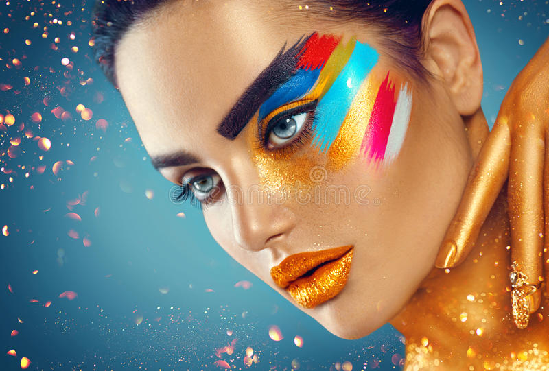 Skönhetmodestående av den härliga kvinnan med färgrik abstrakt makeup arkivfoto