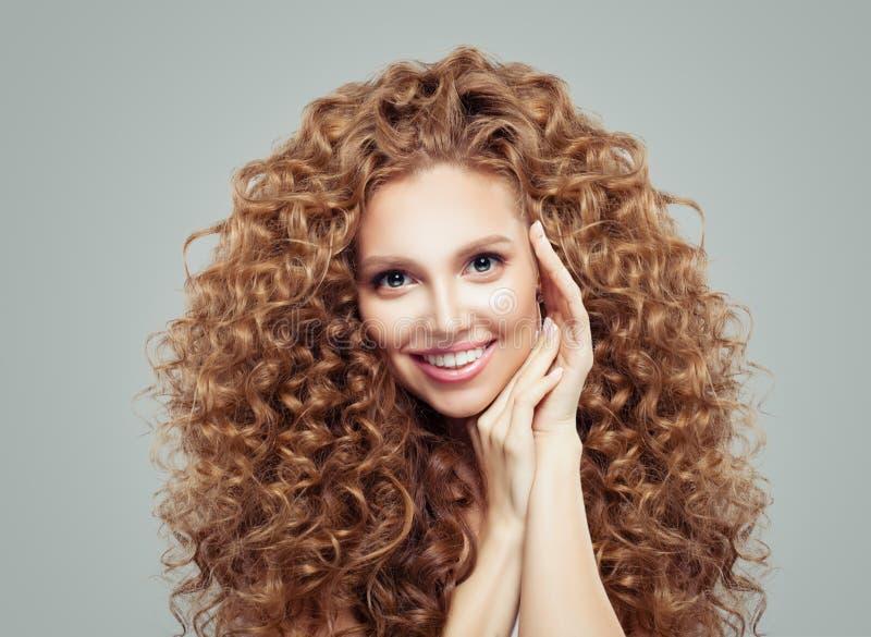 Skönhetmodestående av den lyckliga kvinnan med långt lockigt hår Haircare begrepp arkivfoton