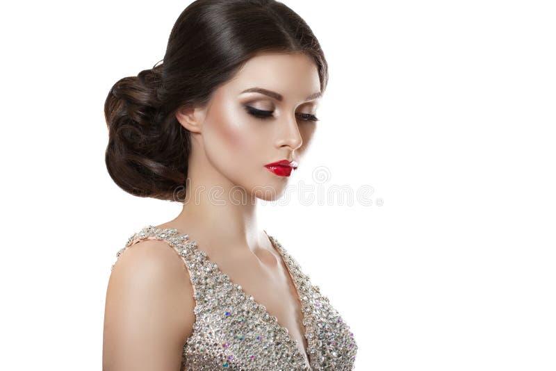 Skönhetmodestående av en härlig modell i en aftonklänning som broderas med stenar royaltyfria bilder