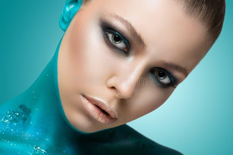 Skönhetmodestående av en härlig modell med idérik makeup royaltyfri bild