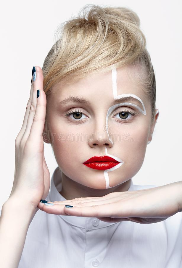 Skönhetmodestående av en ung kvinna Kvinnlig med en ovanlig idérik makeupframsidapaintin royaltyfria foton