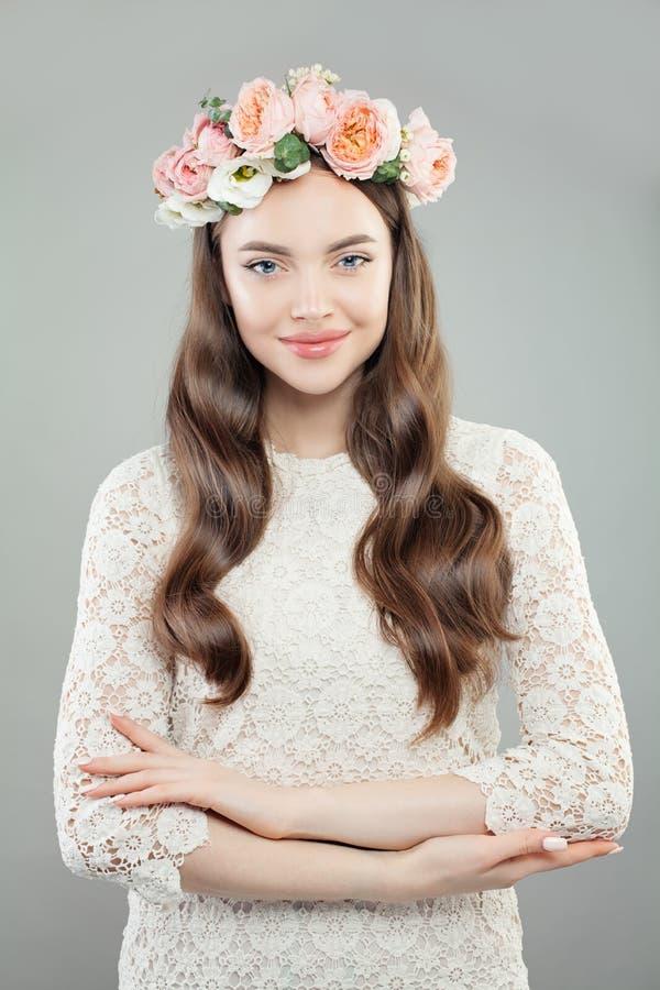 Skönhetmodeståenden av härligt modellerar Woman i den vita Lacy Dress och blommakransen royaltyfria foton