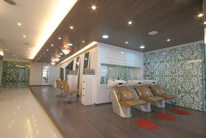Skönhetmottagningsrum med stolar och speglar royaltyfria bilder