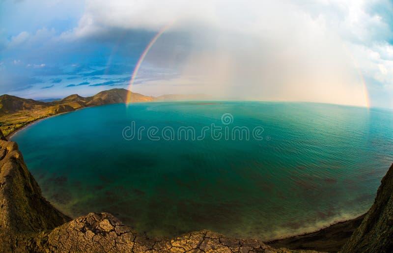 Skönhetnaturlandskap Krim med regnbågen arkivfoton