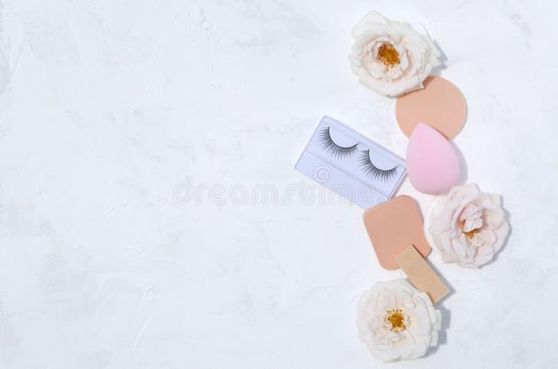 Skönhetredskap och mjuka rosor på den vita bakgrunden, bästa sikt T?m utrymme f?r design royaltyfri bild