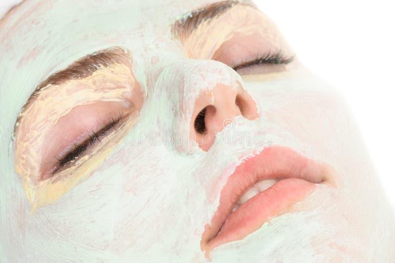 Skönhetsalong, applicerad closeup av den ansikts- maskeringen royaltyfri foto