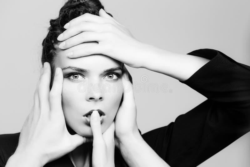 Skönhetsalong med modeflickan och många händer av professionell arkivbilder