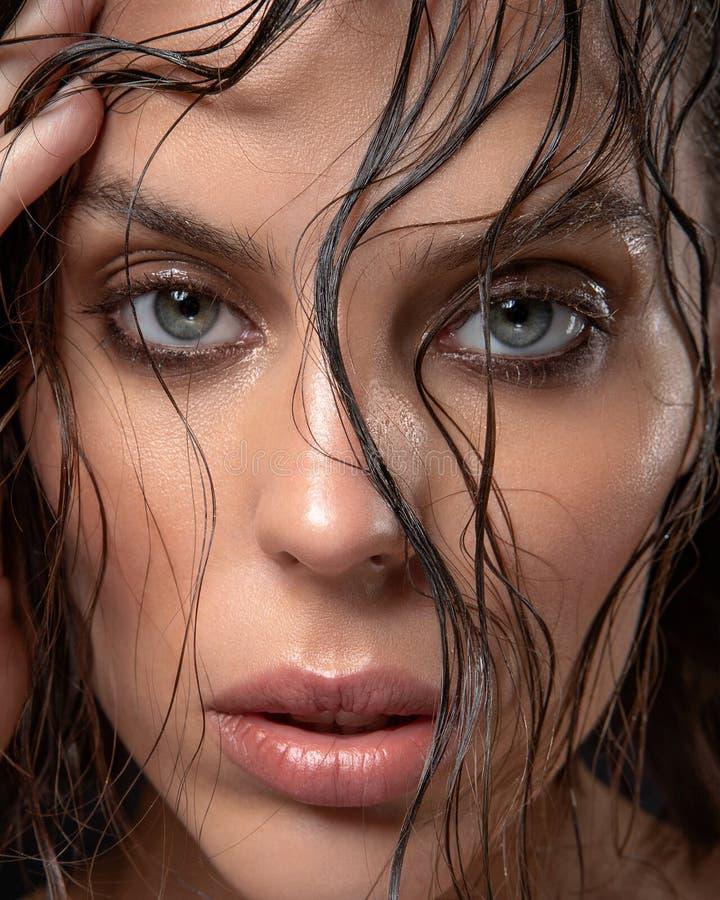 Skönhetsbild av en underbar hona med glödande hud arkivbilder