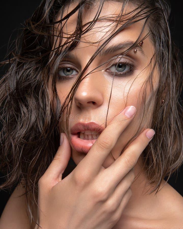Skönhetsbild av en underbar hona med glödande hud fotografering för bildbyråer