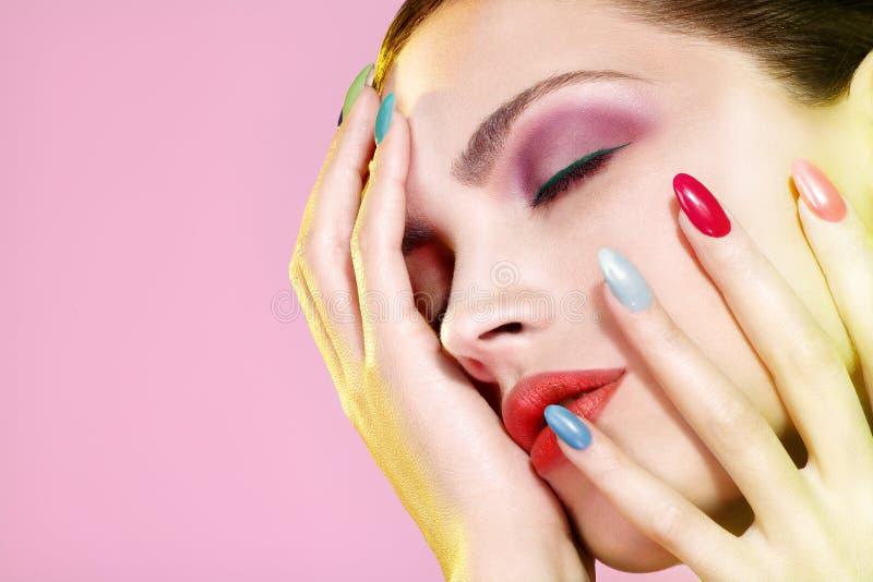Skönhetskottet av modellen som bär som är färgrikt, spikar polermedel arkivfoto