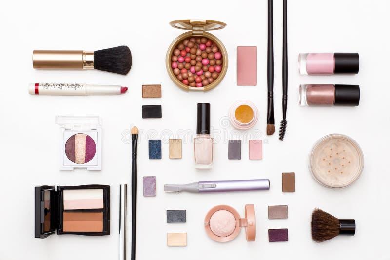 Skönhetsmedel för ansikts- makeup: borstar pulver, läppstift, ögonskugga, spikar polermedel, beskäraren och annan tillbehör på vi arkivfoton