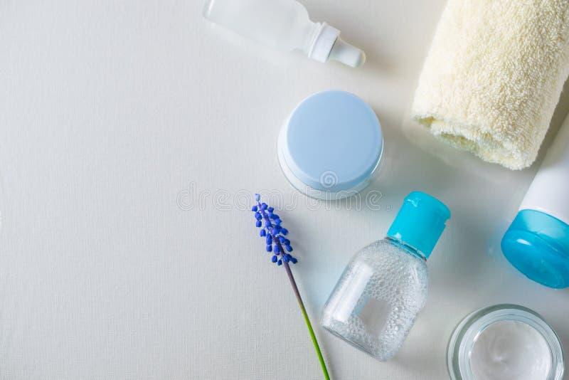 Skönhetsmedel för behandling för hudomsorg lägger uppe i luften framlänges fotografering för bildbyråer