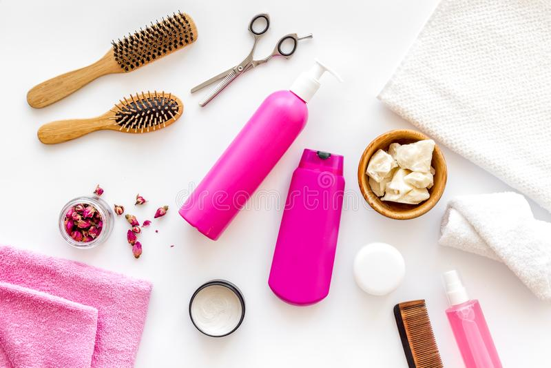 Skönhetsmedel för hårbehandling med schampo, hårbalsam som utformar, hårkam, kokosnötolja på bästa sikt för vit bakgrund royaltyfria bilder