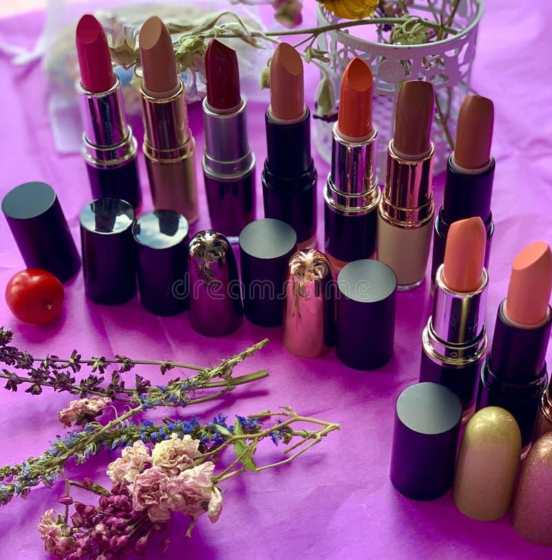 Skönhetsmedel för kanter, läppstift av röd färg royaltyfri fotografi