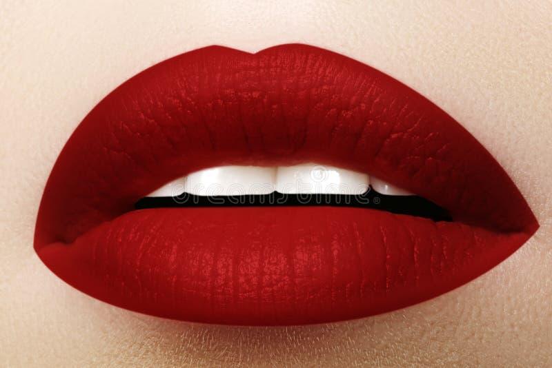 Skönhetsmedel makeup Ljus läppstift på kanter Closeup av den härliga kvinnliga munnen med röd kantmakeup Del av framsidan fotografering för bildbyråer