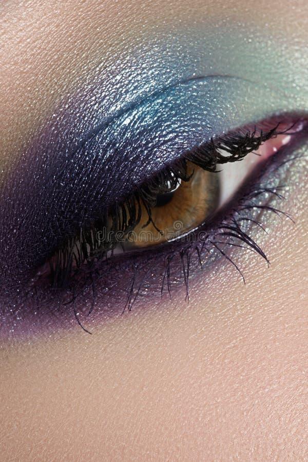 Skönhetsmedel makroögonsmink. Modehavsskuggor royaltyfri fotografi