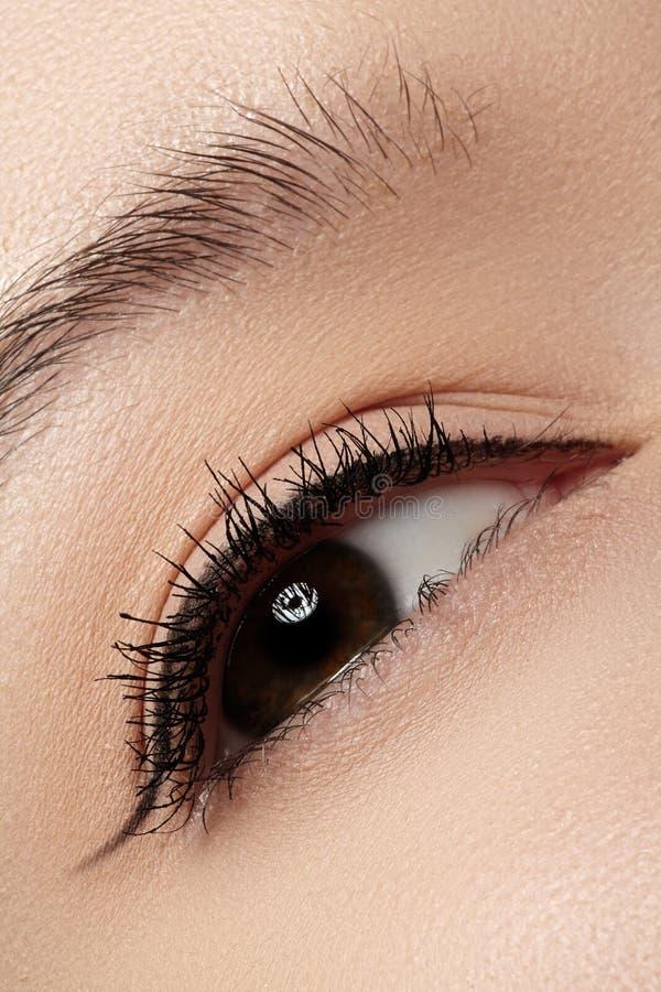 Skönhetsmedel. Makro av skönhetögat med eyelinersmink arkivfoton