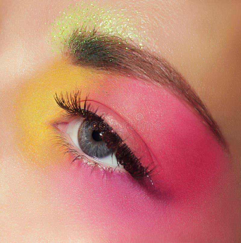 Skönhetsmedel mascara Kvinnas öga med färgrik makeup arkivfoto