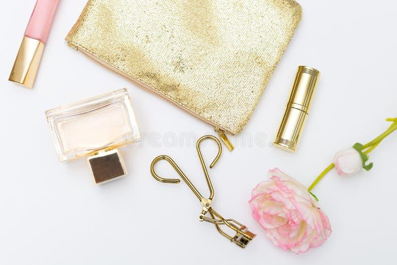 Skönhetsmedel- och tillbehörpink&gold på en vit bakgrund Lifes arkivbild