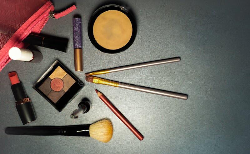 Skönhetsmedel på grå bakgrund, closeup, kvinnliga hjälpmedel, mode royaltyfri foto