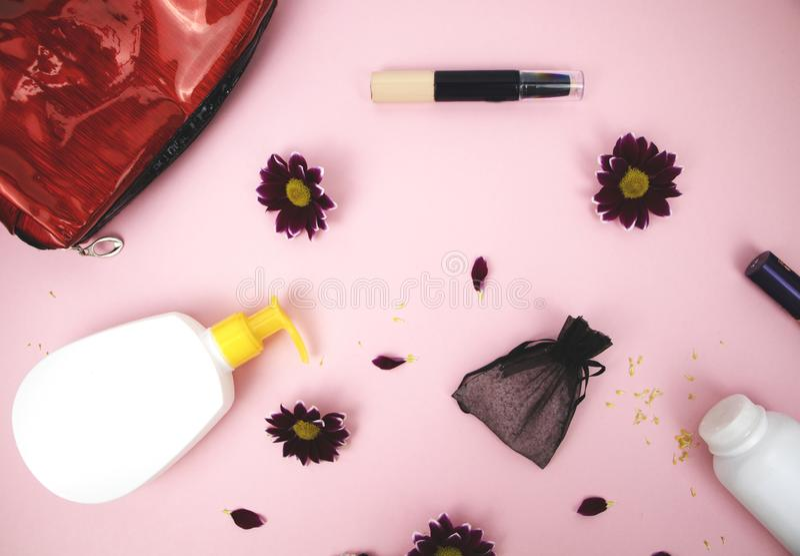 Skönhetsmedel på tabellen på kvinnan Kosmetisk påse, skönhetsmedel och hygienprodukter Rosa bakgrund för text fotografering för bildbyråer