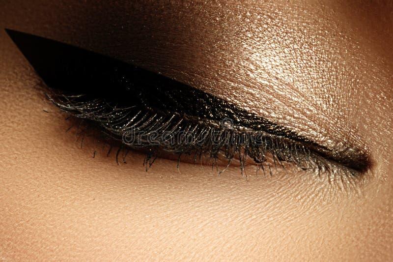 Skönhetsmedel & smink Härligt kvinnligt öga med den sexiga svarta eyeliner fotografering för bildbyråer