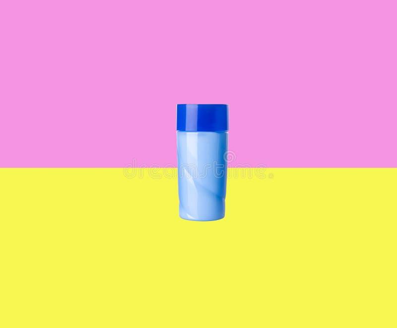 Skönhetsmedelflaskor på en bakgrund arkivfoton