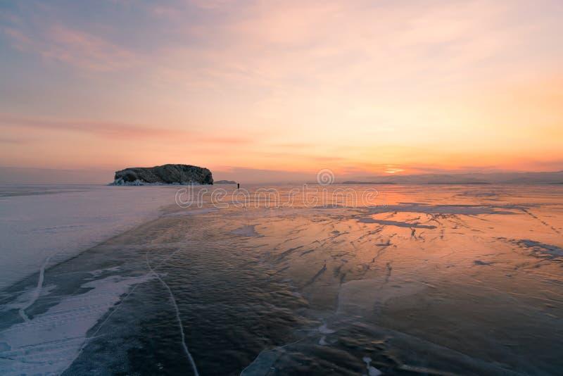 Skönhetsoluppgånghimmel med vinter fryst vattensjöhorisont, Baikal Ryssland royaltyfri fotografi