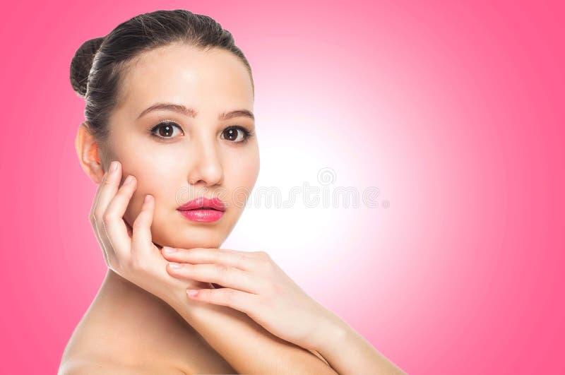 SkönhetSpa kvinna med den perfekta hudståenden Härlig brunettbrunnsortflicka på rosa bakgrund, slut upp, kopieringsutrymme arkivbilder
