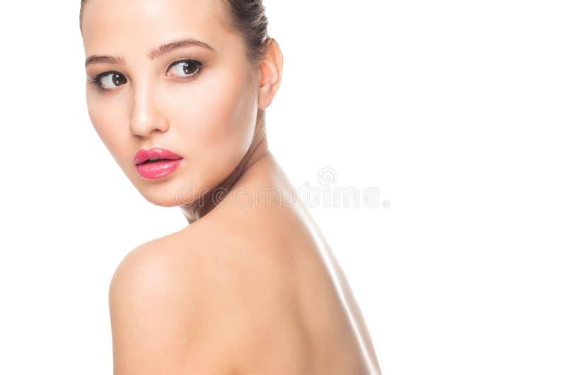 SkönhetSpa kvinna med den perfekta hudståenden Härlig brunettbrunnsortflicka på vit bakgrund Hudomsorg, ungdom, smink royaltyfri foto