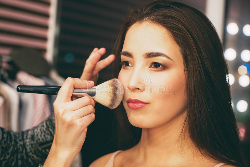 Skönhetstående av att le den sinnliga asiatiska unga kvinnan med ren ny hud I kulisserna med modeshowen, modellerar att göra för  royaltyfri fotografi