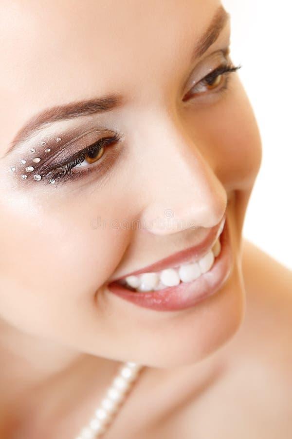 Skönhetstående av bruden för ung kvinna med härlig makeup royaltyfri fotografi