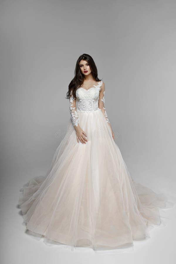 Skönhetstående av bruden i bröllopsklänning med sminket och frisyren, studio kopiera avst?nd arkivfoto