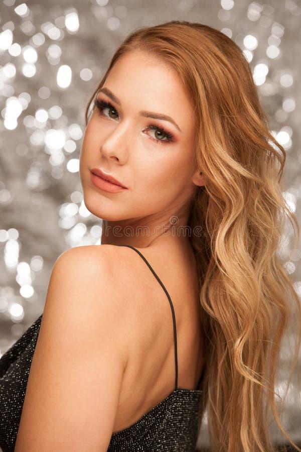 Skönhetstående av den abeautiful unga kvinnan med sparlingbackgound royaltyfria bilder