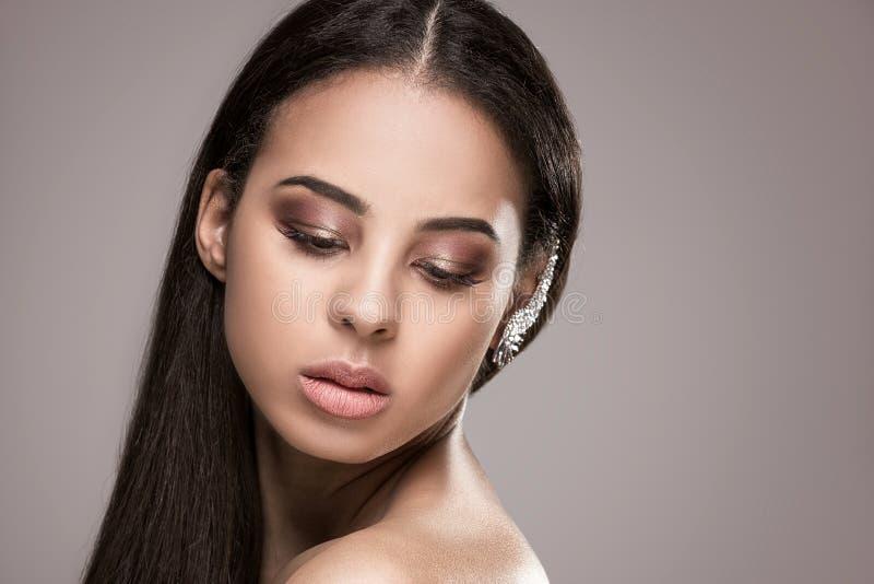 Skönhetstående av den afrikanska glamourflickan royaltyfria bilder