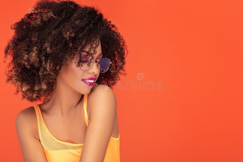 Sk?nhetst?ende av den afro flickan i trendigt glas?gon royaltyfri fotografi