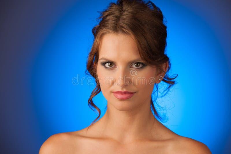 Skönhetstående av den attraktiva brunettflickan royaltyfri foto