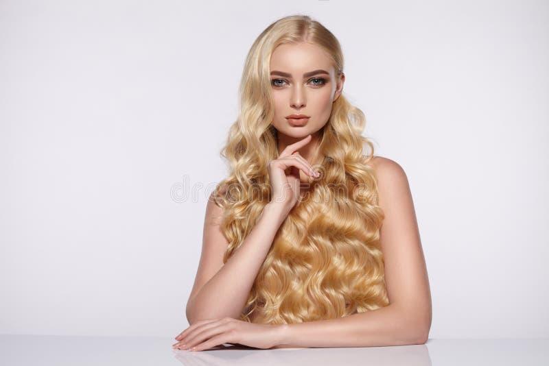Skönhetstående av den attraktiva flickan med lockigt hår royaltyfria bilder