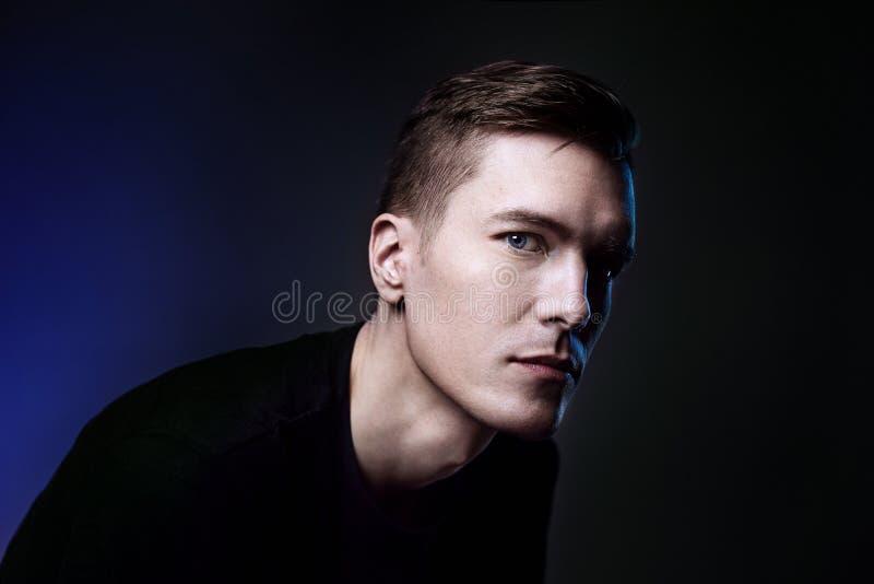 Skönhetstående av den attraktiva hipstermannen med blåa ögon på mörk bakgrund royaltyfria foton